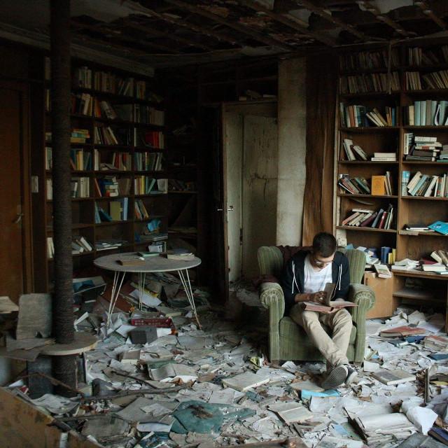 Lesen bildet. Egal wann und wo.  #freetoedit #emotions #lostplace  #book #read #lesen #buch #selbstauslöser