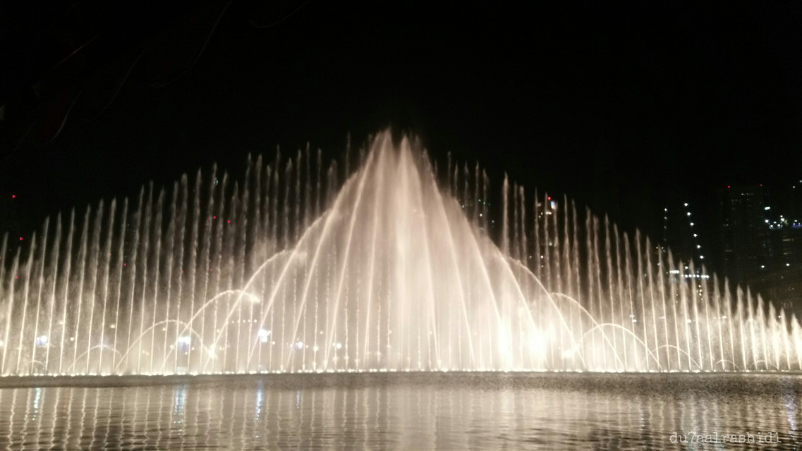 And here is the union of mother and her babies 😂 #fun #fountain  #nightcapture #night  #motion #myview #moment #myphotography  #dubai  #love  #happy  #art  #travel