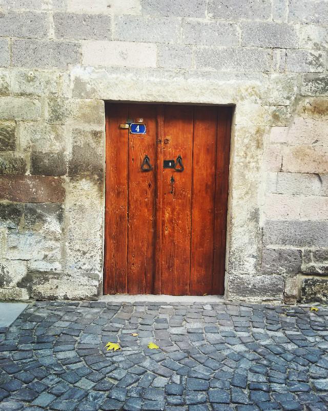 Kapı, der geçeriz içinden kaygısızca. Biz geçeriz, o kalır. Oysa her şey bir kapının önünde başlar ya da son bulur. Kapı çalınır, ümitle heyecanla titrer kalpler; kapı kilitlenir çoğalır yalnızlıklar, hüzünler. Önünde ya da arkasında olmak hiç fark etmez bir kapının. Ha bir vuslatın eşiğinde durmuşsunuz, ha bir ayrılığın kapısında...
